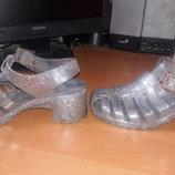 Силиконовые серебряные босоножки на каблуке. прекрасное состояние.