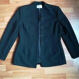 Классный пиджак с оригинальньной горловиной 10 размер