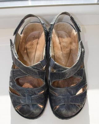 Кожаные темно-серые босоножки Rieker на липучках на небольшой танкетке натуральная кожа