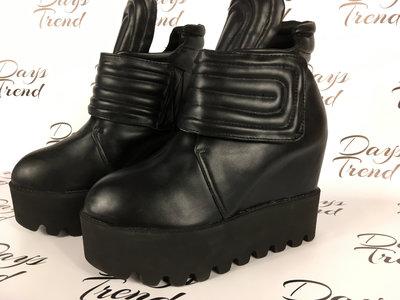 Стильные серые ботинки ботильоны на платформе