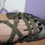 Кожаные босоножки сандалии с переплетами clarks цвет хаки