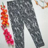 Классные стрейчевые укороченные брюки в мраморный принт Jones.