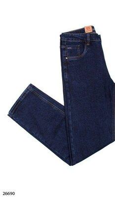 Мужские джинсы синего цвета.