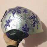 яркий горнолыжный сноубордический шлем