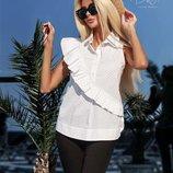 Стильные белые блузы в горох с диагональной оборочкой