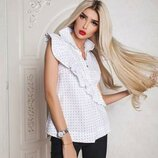 Стильные белые блузы в якоря с диагональной оборочкой