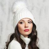 Белая, вязаная шапка с помпоном, с бубоном