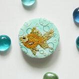 брошь рыбка текстильная брошь золотая рыбка голубая круглая брошь с вышивкой