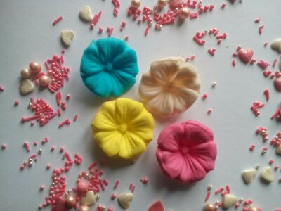 Сахарные цветы мальва для украшения кондитерских изделий, размер на фото. Цвета разные Цена за 2 шт