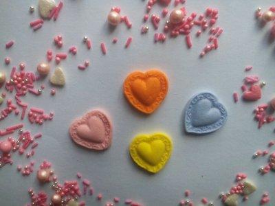 Сахарные сердечки для украшения кондитерских изделий, размер на фото.Цвета разные Цена за набор 4шт.
