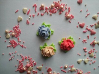 Сахарные розочки с листочком для украшения кондитерских изделий, размер на фото.Цвета разные Цена 2ш