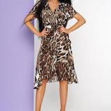 Шелковое платье с актуальным звериным принтом.