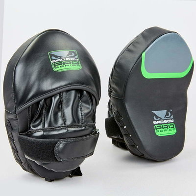 Лапа изогнутая боксерская Bad Boy Pro Series 8285 2 лапы в комплекте, размер 25x20x10см