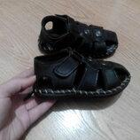 Закрытые сандалии для мальчика 25 размера в идеальном состоянии