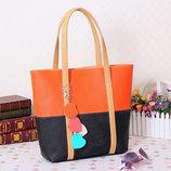 Стильная двухцветная женская сумка с брелком сердечками В наличии