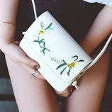 Нежная сумка клатч с вышивкой цветов В Наличии