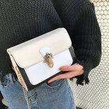 Стильная сумка сундук на красивом ремешке В наличии