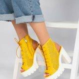 Босоножки на платформе, с перфорацией, жёлтые