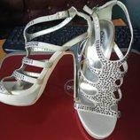 Вечерние босоножки с серебристым каблуком-шпилькой от Centro