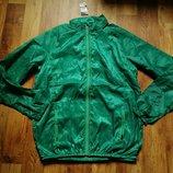 Тонкая мужская ветровка зеленого цвета