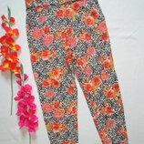Трендовые суперовые брюки чиносы в цветочно-леопардовый принт с подкотами River Island.