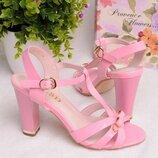 Розовые босоножки на каблуке.