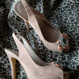 Пудровые босоножки на каблуке, украшены камушками р.36