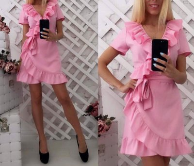 Короткое розовое платье на запах с рюшами