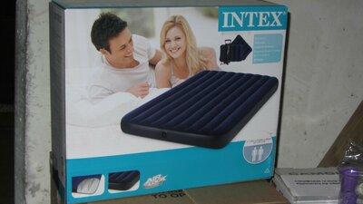 Надувной матрас Intex 68765 с двумя подушками и насосом 203х152х23 см