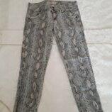 джинсы нюд серо-розовый питон Bershka