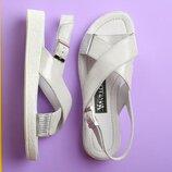 Белые кожаные босоножки на низком ходу с блестящей подошвой