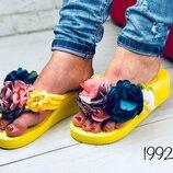 Шлепки, шлепанцы,вьетнамки с цветами на танкетке желтые