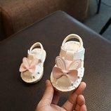 Сандалии детские для девочек белые аппликация бабочка На липучке 16-19 р код F02