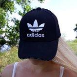 Бейсболка кепка с вышитым логотипом adidas