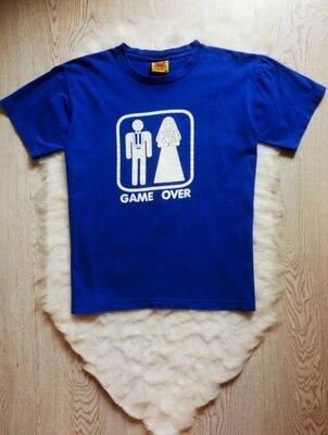 Синяя мужская натуральная футболка с белым оригинальным принтом рисунком надписями хлопок