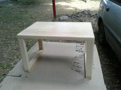 Деревянный столик под ноутбук