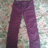 Коттоновьіе фиолетовьіе стрейчевьіе джинсьі узкачи с цветочньім принтом