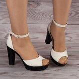 Светлые кожаные босоножки на каблуке