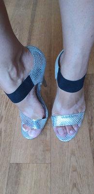 Босоножки серебристые новые на каблуке 36 размер