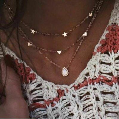 Тройная цепочка чокер с подвесками сердце, звезды золотистого цвета