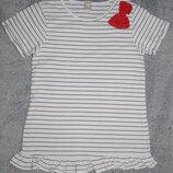 Полосатая белая футболка TU с пришитым розовым бантом. На девочку 10 лет. Рост 140 см.