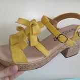 Женские нарядные желтые босоножки на маленьком каблуке и платформе