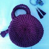 Круглая вязаная сумка красивого фиолетового цвета