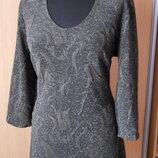 Элегантное платье из набивной стрейчевой ткани с искоркой.