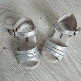 Кожаные,фирменные босоножки,сандалии серебро.