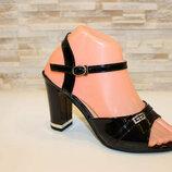 Черные лаковые босоножки на каблуке