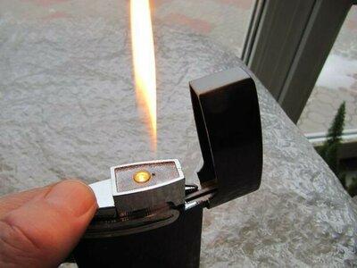 Подарочная, настольная, газовая зажигалка, новая, перезаправляемая с регулировкой пламени.