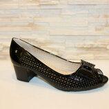 Летние черные лаковые туфли с открытым носом с перфорацией на устойчивом каблуке