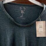 Фірмова футболка з оригінальною горловиною.