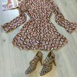 Фирменное женское платье с змеиным принтом.